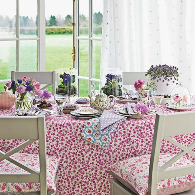 Dining table with rose print tablecloth and white chairs Country Homes and Interiors Housetohome.co .uk  Zanimljiva dekoracija za trpezariju
