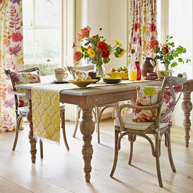 Limed wood table and chairs in floral theme dining room Country Homes and Interiors Housetohome.co .uk  Zanimljiva dekoracija za trpezariju