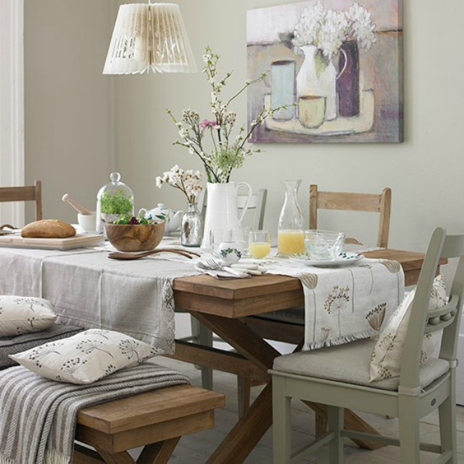 Neutral dining room with teak table and cream furnishings Country Homes and Interiors Housetohome.co .uk  Zanimljiva dekoracija za trpezariju