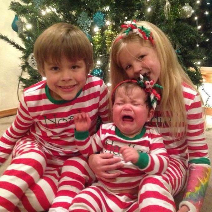 beba plače Deca u novogodišnjim pidžamama