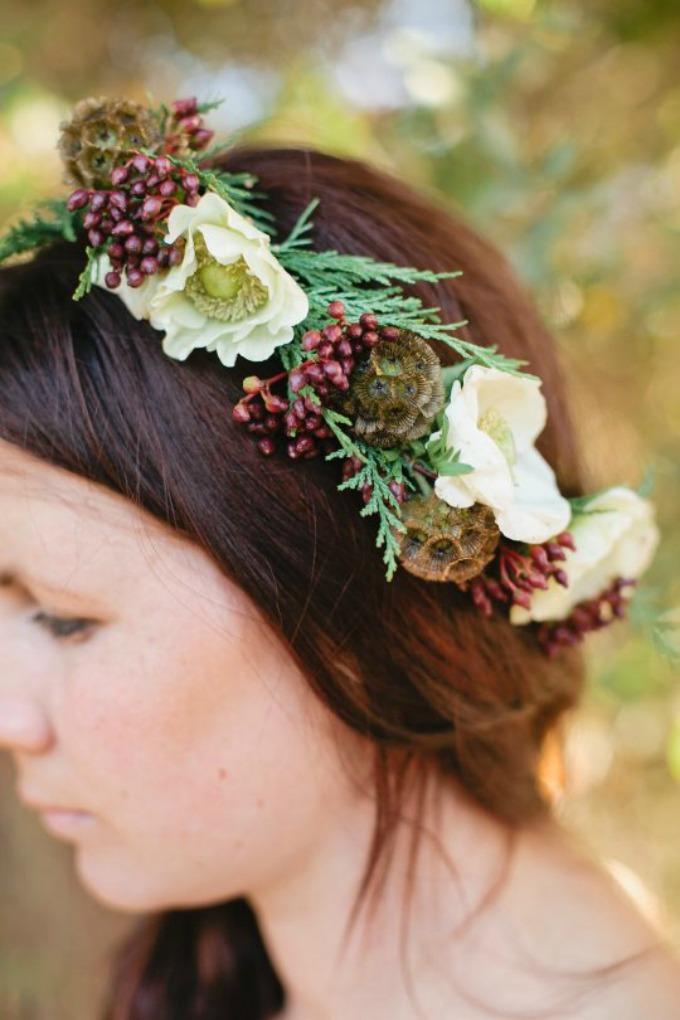 devojka sa vencom Uradi sama: Venčić za mlade od zimskog cveća