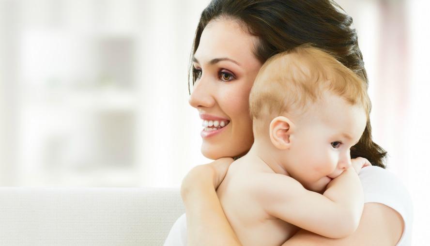 mom with baby naslovna Rodi sebi dete