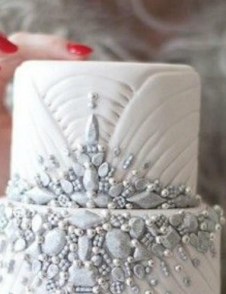 Novodišnja dekoracija na svadbenoj torti