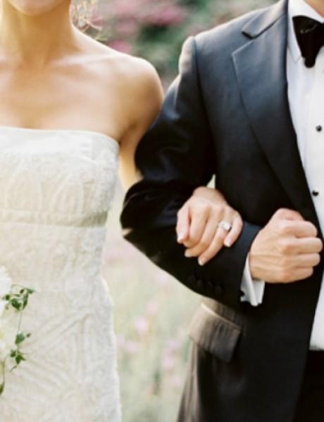 Svadbeni običaji: Mladoženja prenosi mladu preko praga