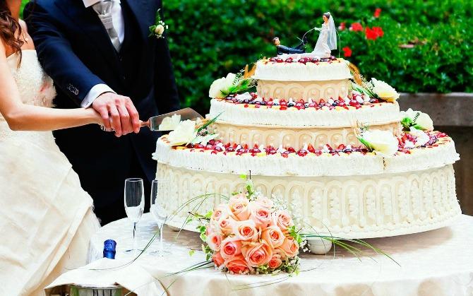 mladenacka torta Svadbeni običaji: Zajedničko sečenje mladenačke torte