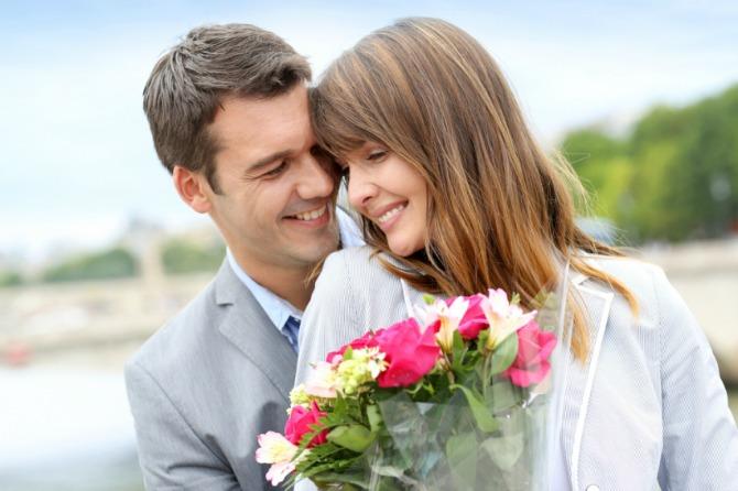 muskarac kupuje zeni cvece Znaci da je on savršen za brak