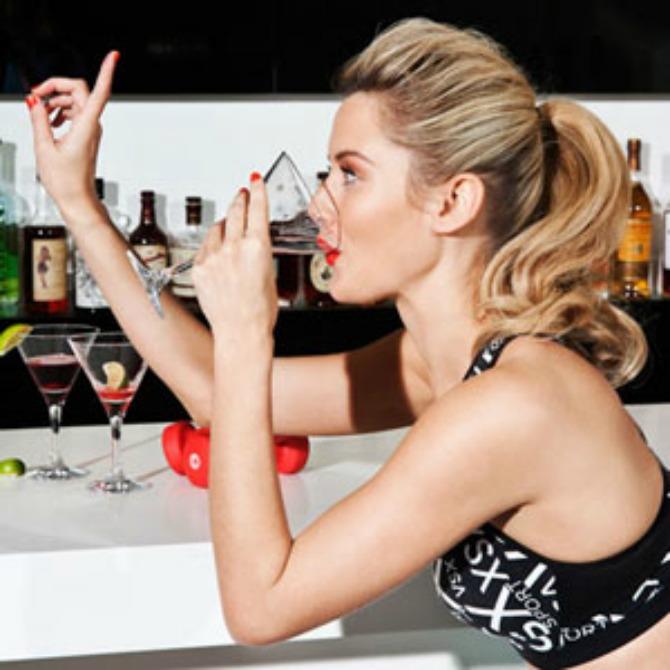 žena pije alkohol Očistite organizam pred venčanje