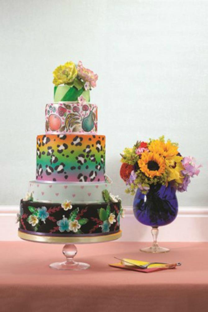 cvetni aranžmani i mladenačka torta Uklopite cvetne aranžmane sa mladenačkom tortom