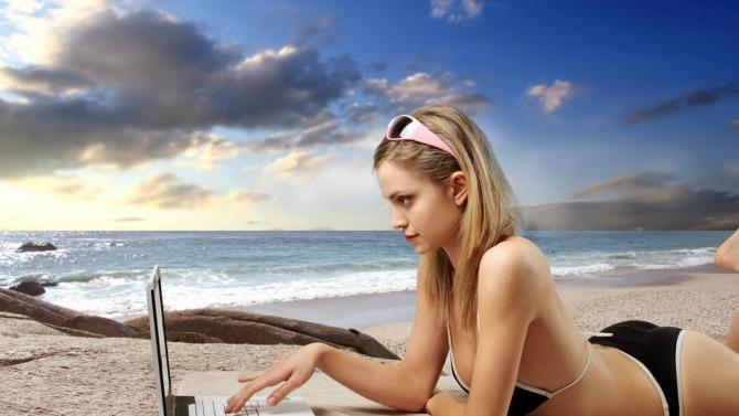 laptop na plazi O ovim stvarima nemojte razmišljati medenom mesecu