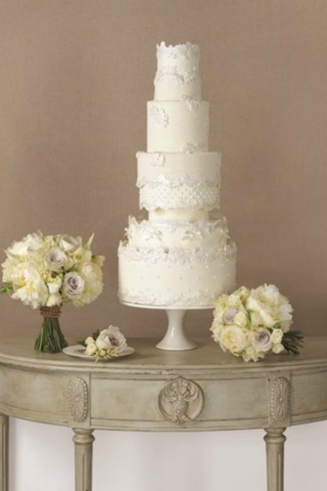 mladenačka torta1 Uklopite cvetne aranžmane sa mladenačkom tortom