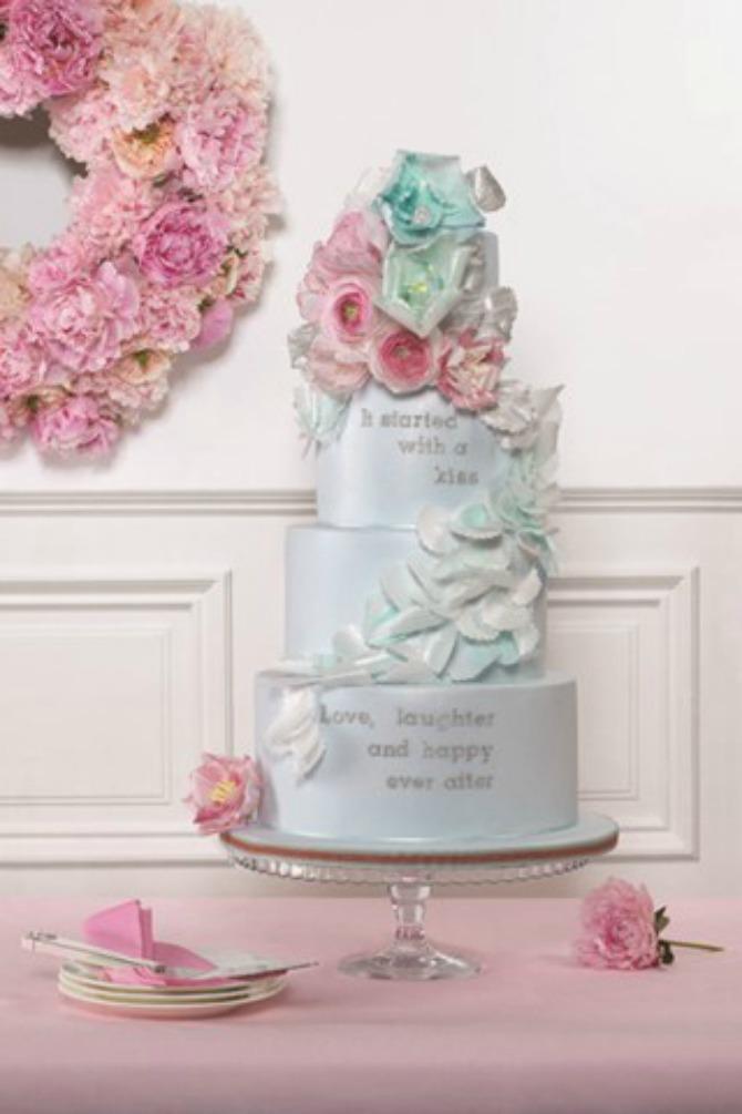 mladenačka torta2 Uklopite cvetne aranžmane sa mladenačkom tortom