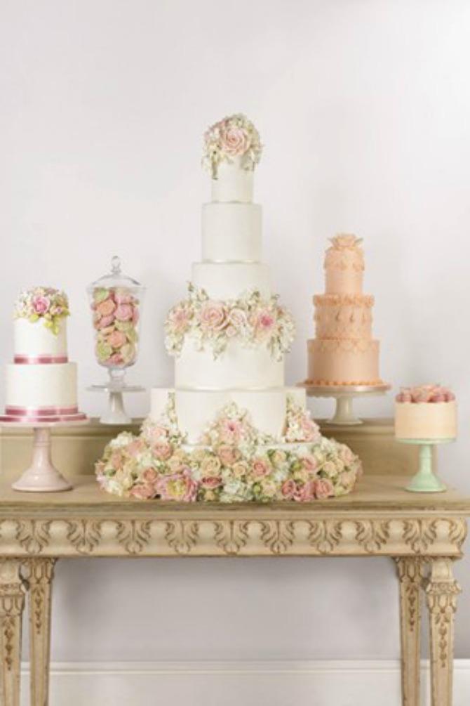 mladenačka torta3 Uklopite cvetne aranžmane sa mladenačkom tortom