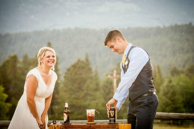 mladenci nazdravljaju pivom Zaobiđite tradiciju i venčanju dajte svoj lični pečat