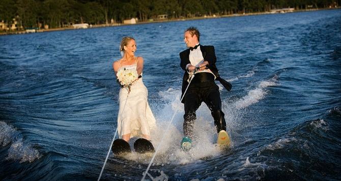 mladenci skijaju na vodi O ovim stvarima nemojte razmišljati medenom mesecu