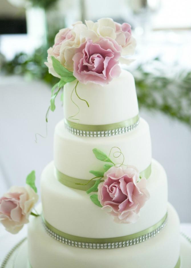 bela mladenačka torta Mladenačka torta je jedan od najlepših ukrasa na venčanju