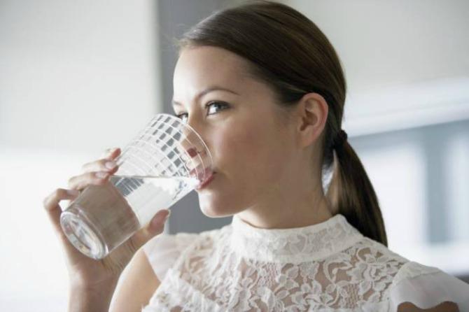 mlada pije vodu Ove stvarčice svakoj ženi su doborodošle na venčanju