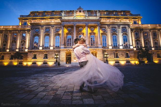par koji putuje po svetu i vencava se u razlicitim drzavama Par koji putuje svetom u potrazi za idealnom destinacijom za venčanje