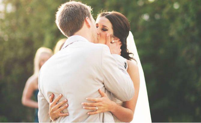 poljubac na vencanju Šta se krije iza prvog poljupca mladenaca?