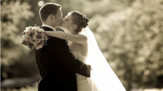 poljubac na vencanju1 Šta se krije iza prvog poljupca mladenaca?