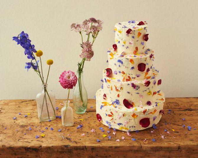 torta ukrasena cvecem1 Najlepše mladenačke torte ukrašene cvećem