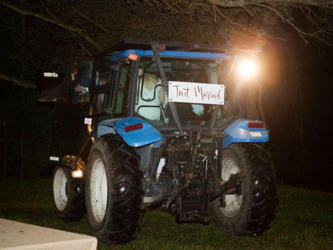traktor kao prevoz na venčanju Umesto autom na venčanje dođite...