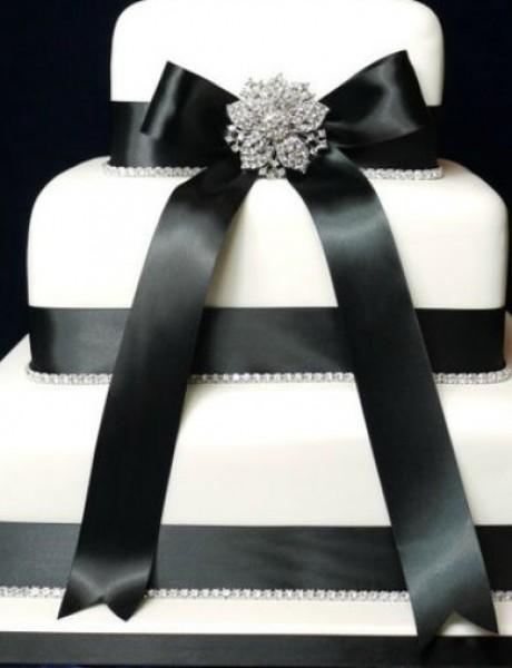 Neodoljive mladenačke torte ukrašene mašnom