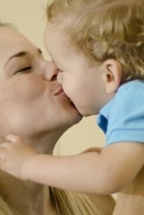 Ljubljenje i dodirivanje dece – gde su zdrave granice intime