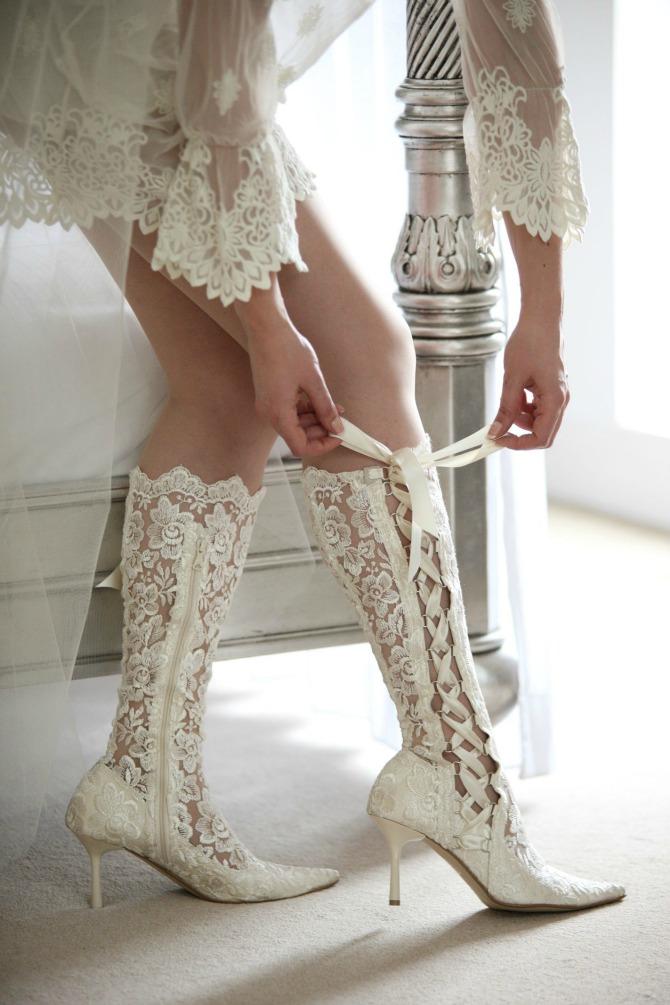 mlada cizme Aksesoari koje morate imati na zimskom venčanju