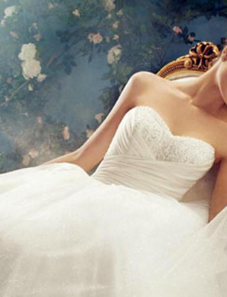 Belo na belom:  Moderna venčanica