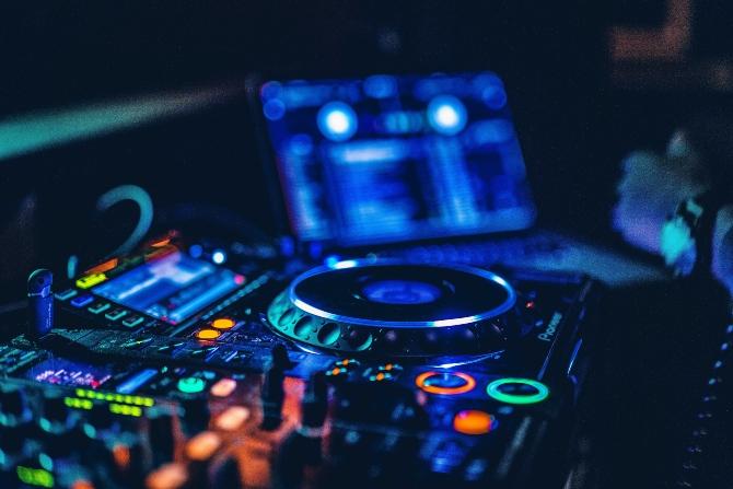 dj 2 1 Šta treba da znate kad angažujete DJ a za svadbeno veselje